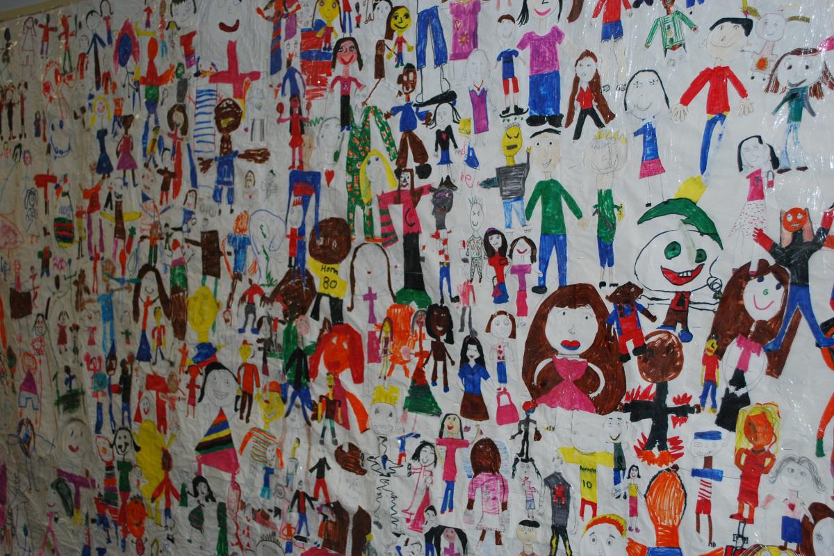 Zeichnung von Kindern, die verschiedenste Kinder bzw. Menschen gemalt haben.